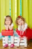 Μικρά κορίτσια στις χνουδωτές φούστες με τα κιβώτια δώρων Στοκ Φωτογραφίες