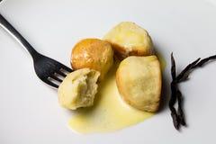 Μικρά κουλούρια ζύμης με την κρέμα Στοκ φωτογραφίες με δικαίωμα ελεύθερης χρήσης