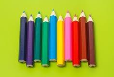 Μικρά κραγιόνια σε μια σειρά στα χρώματα ουράνιων τόξων Στοκ φωτογραφία με δικαίωμα ελεύθερης χρήσης