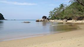Μικρά κύματα που έρχονται στην παραλία στην ακτή του κόλπου θάλασσας φιλμ μικρού μήκους