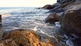 Μικρά κύματα που καταβρέχουν στους βράχους απόθεμα βίντεο