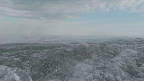 Μικρά κύματα που κυλιούνται στην αμμώδη ακτή απόθεμα βίντεο