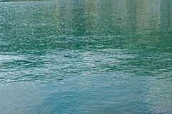 Μικρά κύματα που προκαλούνται από τον αέρα στο λιμάνι Formia Ιταλία Στοκ εικόνα με δικαίωμα ελεύθερης χρήσης