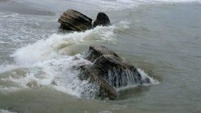 Μικρά κύματα που σπάζουν στις παράκτιες πέτρες σε Μαύρη Θάλασσα κοντά στην Οδησσός Ακτή, ράντισμα, που συντρίβει, seafoam φιλμ μικρού μήκους
