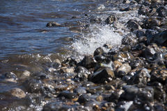 Μικρά κύματα που συντρίβουν επάνω στα χαλίκια παραλιών Στοκ φωτογραφία με δικαίωμα ελεύθερης χρήσης