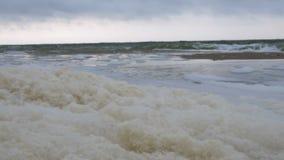Μικρά κύματα στα coas σε Μαύρη Θάλασσα κοντά στην Οδησσός Ακτή, ράντισμα, που συντρίβει, seafoam απόθεμα βίντεο