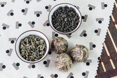 Μικρά κύπελλα των ξηρών πράσινων φύλλων τσαγιού Στοκ εικόνες με δικαίωμα ελεύθερης χρήσης