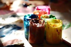 Μικρά μεταλλικά κουτιά χρωμάτων Στοκ Εικόνες