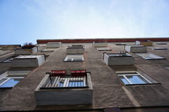 Μικρά μπαλκόνια και παράθυρα Στοκ φωτογραφίες με δικαίωμα ελεύθερης χρήσης