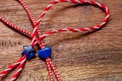Μικρά μπλε καρδιά και αστέρι στον κόκκινο και άσπρο σπάγγο αρτοποιών με το ξύλινο υπόβαθρο Στοκ φωτογραφία με δικαίωμα ελεύθερης χρήσης