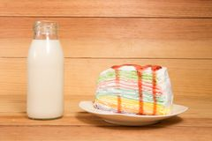 Μικρά μπουκάλια του γάλακτος και του κέικ Στοκ Εικόνα