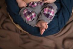 Μικρά νεογέννητα πόδια Στοκ Φωτογραφίες