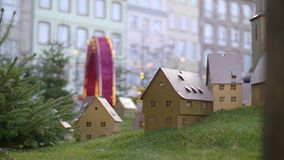 Μικρά ξύλινα διακοσμημένα σπίτια Χριστουγέννων φιλμ μικρού μήκους