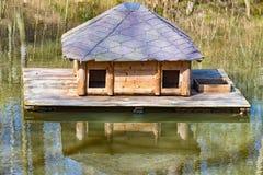 Μικρά ξύλινα επιπλέοντα σώματα σπιτιών στη μέση του νερού στοκ φωτογραφία με δικαίωμα ελεύθερης χρήσης