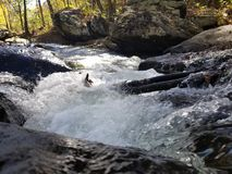 Μικρά ορμητικά σημεία ποταμού στο ρεύμα στοκ φωτογραφία με δικαίωμα ελεύθερης χρήσης