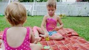 Μικρά παιδιά, ένα 4χρονο αγόρι και ένα 1χρονοι κορίτσι, ένας αδελφός και μια αδελφή, παιχνίδι μαζί, χρώμα με τα χρώματα δάχτυλων φιλμ μικρού μήκους