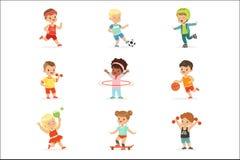Μικρά παιδιά που παίζουν τα αθλητικά παιχνίδια και που απολαμβάνουν τις διαφορετικές αθλητικές ασκήσεις υπαίθρια και στο σύνολο γ διανυσματική απεικόνιση