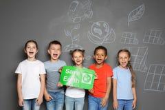 Μικρά παιδιά σχολείου με τη ΓΗ SAVE αφισσών στοκ φωτογραφίες με δικαίωμα ελεύθερης χρήσης