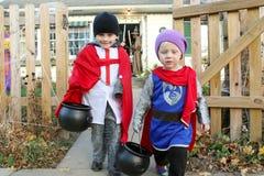 Μικρά παιδιά που αφήνουν το σπίτι μετά από να τέχνασμα-ή-μεταχειριστεί Στοκ Φωτογραφίες
