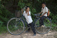 Μικρά παιδιά που θέτουν στο ποδήλατο Στοκ Φωτογραφίες