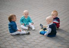 Μικρά παιδιά που κάθονται στον κύκλο στοκ φωτογραφίες