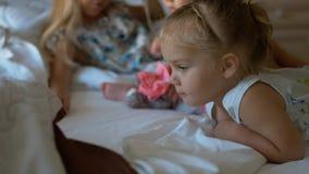 Μικρά παιδιά που κάθονται στο κρεβάτι Στοκ φωτογραφία με δικαίωμα ελεύθερης χρήσης