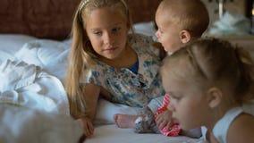Μικρά παιδιά που κάθονται στο κρεβάτι Στοκ φωτογραφίες με δικαίωμα ελεύθερης χρήσης