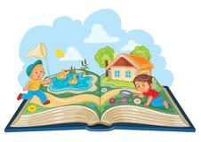 Μικρά παιδιά που μελετούν τη φύση ως ανοικτό βιβλίο Στοκ εικόνα με δικαίωμα ελεύθερης χρήσης