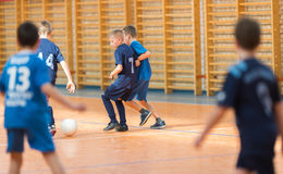 Μικρά παιδιά που παίζουν το ποδόσφαιρο Στοκ εικόνα με δικαίωμα ελεύθερης χρήσης