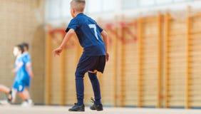 Μικρά παιδιά που παίζουν το ποδόσφαιρο Στοκ Εικόνα