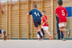Μικρά παιδιά που παίζουν το ποδόσφαιρο Στοκ Εικόνες