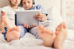 Μικρά παιδιά που προσέχουν τον κινηματογράφο στο σπίτι Στοκ φωτογραφία με δικαίωμα ελεύθερης χρήσης