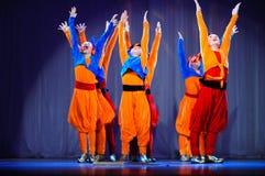 Μικρά παιδιά που χορεύουν με τα παλαιά ασιατικά κοστούμια στη σκηνή Στοκ εικόνες με δικαίωμα ελεύθερης χρήσης