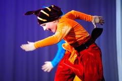 Μικρά παιδιά που χορεύουν με τα παλαιά ασιατικά κοστούμια στη σκηνή Στοκ Εικόνες