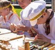 Μικρά παιδιά σε ρωσικό Unifrom στην έκθεση τεχνών στοκ φωτογραφίες