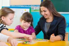 Μικρά παιδιά στο μάθημα applique Στοκ εικόνες με δικαίωμα ελεύθερης χρήσης