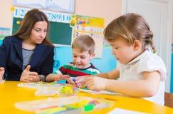 Μικρά παιδιά στο μάθημα applique Στοκ Εικόνες