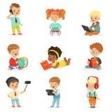 Μικρά παιδιά χρησιμοποιώντας τις σύγχρονες συσκευές και διαβάζοντας τα βιβλία, τις σειρές παιδικής ηλικίας και τεχνολογίας χαριτω διανυσματική απεικόνιση