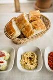Μικρά πιάτα Meze στον πίνακα: hummus, Antep Ezmesi στοκ φωτογραφίες