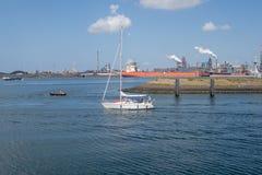 Μικρά πλέοντας πανιά γιοτ από το θαλάσσιο λιμένα IJmuiden προς το αριθ. στοκ φωτογραφία με δικαίωμα ελεύθερης χρήσης