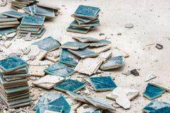 Μικρά πράσινα κεραμίδια που ραγίζονται Στοκ εικόνες με δικαίωμα ελεύθερης χρήσης