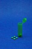 Μικρά πράσινα χάπια με το λίγο πράσινο μπουκάλι χαπιών Στοκ εικόνα με δικαίωμα ελεύθερης χρήσης