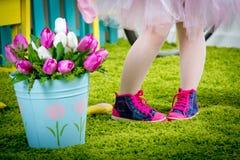 Μικρά πόδια του μικρού κοριτσιού στα ρόδινα παπούτσια γυμναστικής Στοκ εικόνα με δικαίωμα ελεύθερης χρήσης