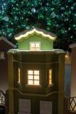 Μικρά σπίτια κάτω από το χριστουγεννιάτικο δέντρο τα Χριστούγεννα διακοσμούν τις φρέσκες βασικές ιδέες διακοσμήσεων Στοκ φωτογραφίες με δικαίωμα ελεύθερης χρήσης