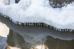 Μικρά στρογγυλά παγάκια πέρα από το νερό Στοκ φωτογραφίες με δικαίωμα ελεύθερης χρήσης
