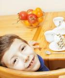 Μικρά χαριτωμένα αγόρια που τρώνε το επιδόρπιο στην ξύλινη κουζίνα designed home interior living retro room style χαμογελώντας λα Στοκ φωτογραφίες με δικαίωμα ελεύθερης χρήσης