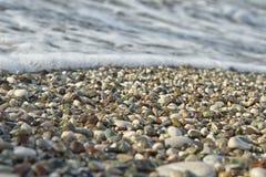 Μικρά χαλίκια και κύματα Στοκ φωτογραφία με δικαίωμα ελεύθερης χρήσης