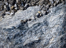 Μικρά χαλίκια σε μια μίκα βράχου Στοκ Εικόνες