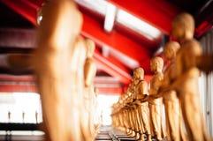 Μικρά χρυσά γλυπτά του Βούδα στο θόριο Si Wat Phra Mahathat Nakhon Στοκ φωτογραφία με δικαίωμα ελεύθερης χρήσης