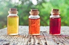 Μικρά χρωματισμένα μπουκάλια με τη μαγική φίλτρο στοκ φωτογραφία με δικαίωμα ελεύθερης χρήσης
